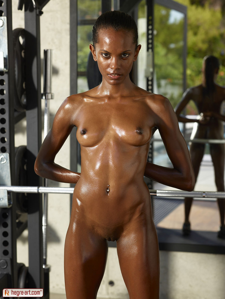 Fit black woman naked — photo 12